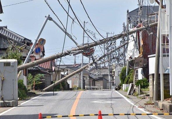 道路沿いの電柱も倒れてしまった。みささん(@Mi03_614)のツイートより