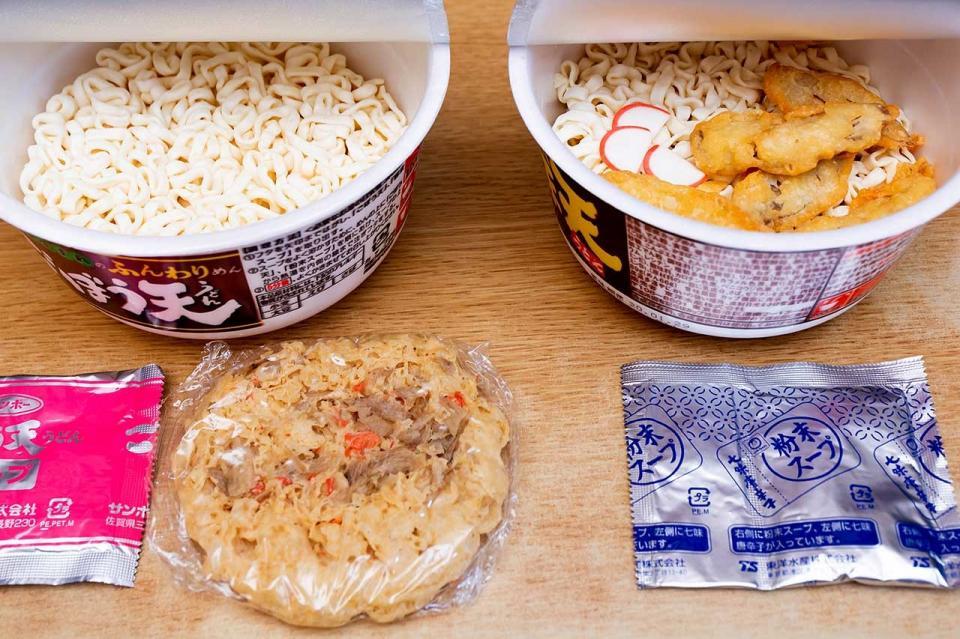 内容物の違い(左:サンポー食品、右:東洋水産)