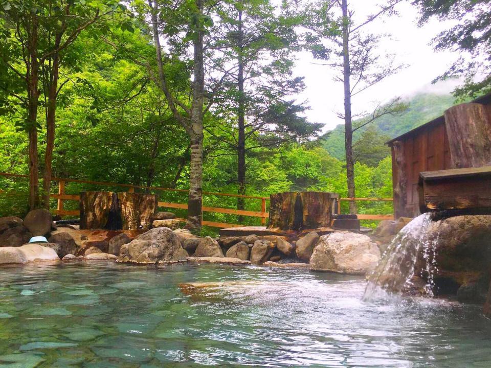 日光の山々を望む混浴露天風呂