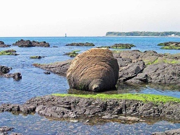 おっぱい岩(Garyuukouさん撮影、Wikimedia Commonsより)