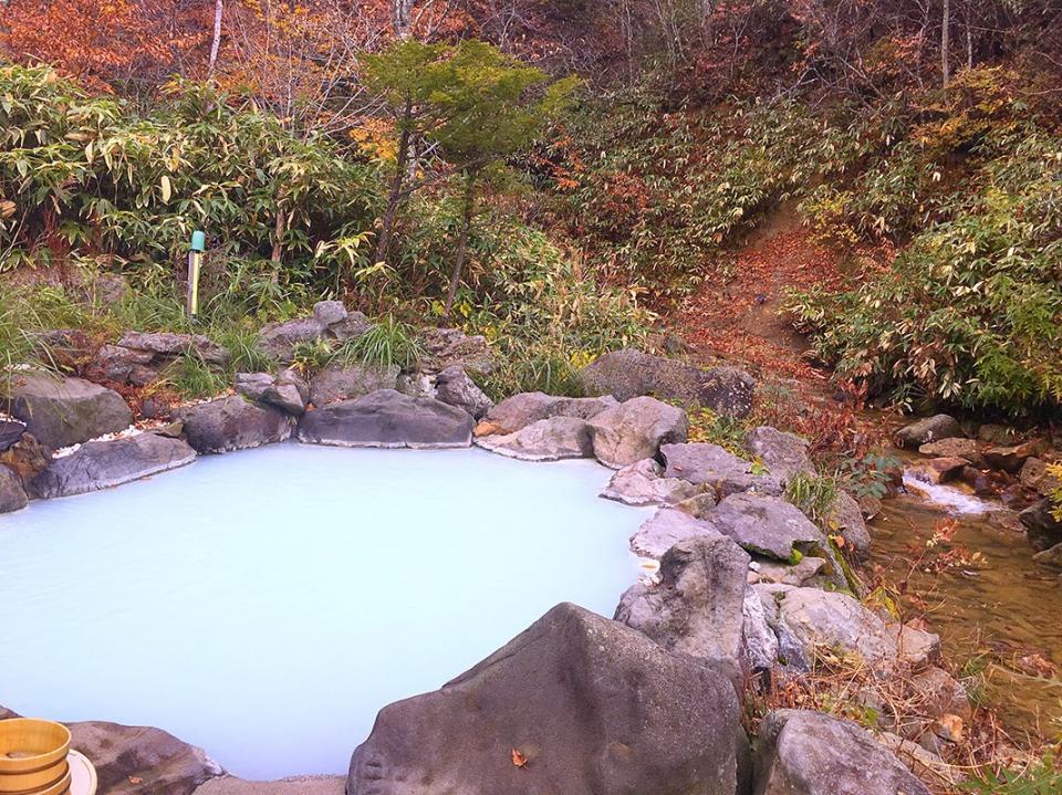 渓流のすぐ横にある露天風呂
