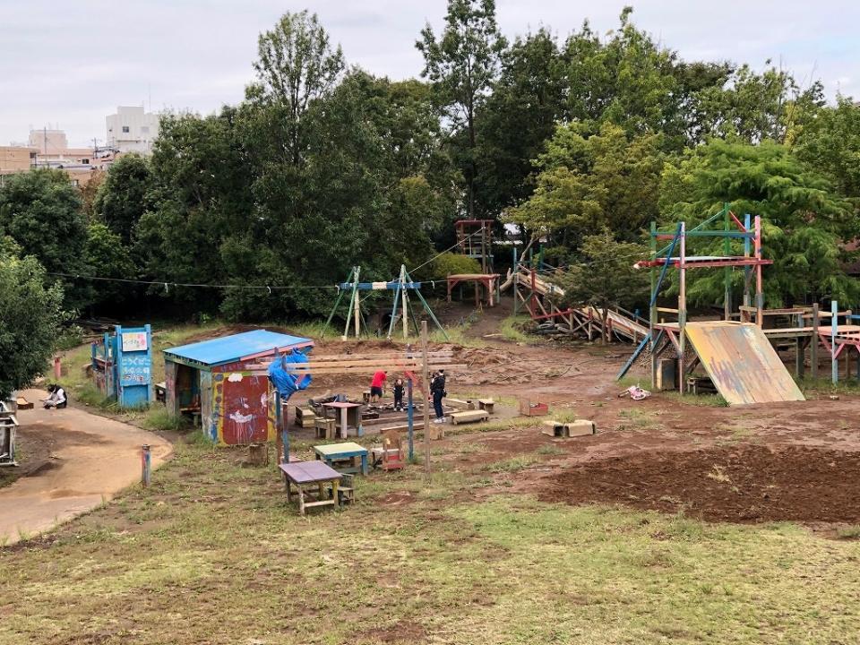 フリースペースえんが入る、川崎市子ども夢パークは森のように広い敷地だ