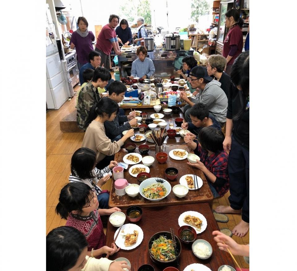 ランチが出来たら西野さんもスタッフも子どもたちも、席に着いた順にいただく