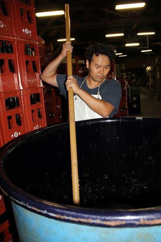 もろみを攪拌する無法松酒造の山家勉さん