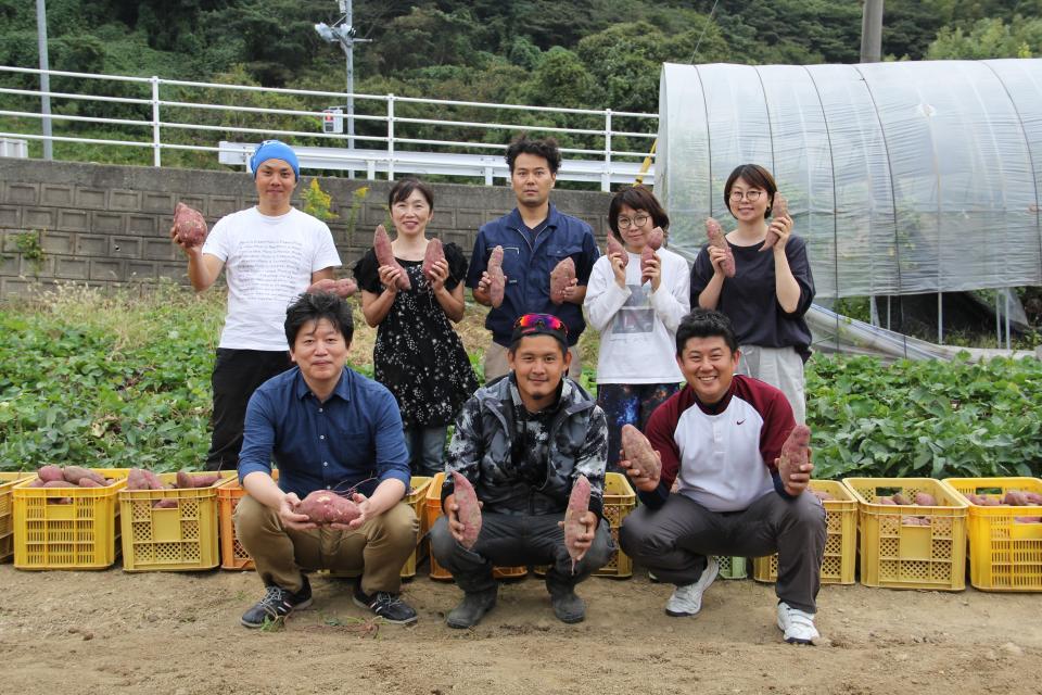 地芋プロジェクトチームのみなさん(前列左は地酒処田村本店の田村洋文さん)