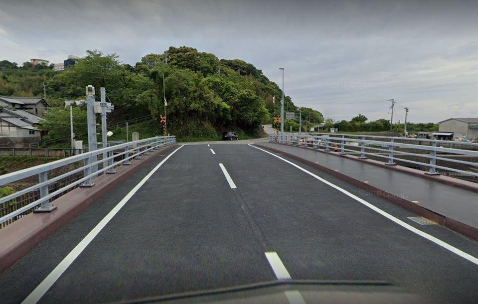 橋が下りると普通の道路だ(C)Google