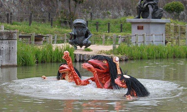 池から出てくるガジロウ(中央)と子カッパ(両脇)、奥には兄のガタロウ(画像は福崎町役場公式サイトより)