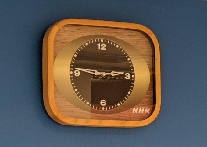 NHK時計(木目調)の掛け時計バージョン(画像はツイッターユーザーのかも@kamoxevicさん提供、NHKスタジオパーク内で撮影)