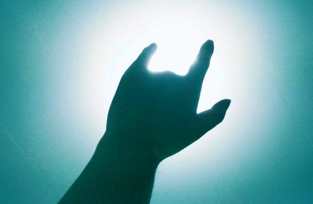 手をつなぐ演出で...(画像はイメージ)