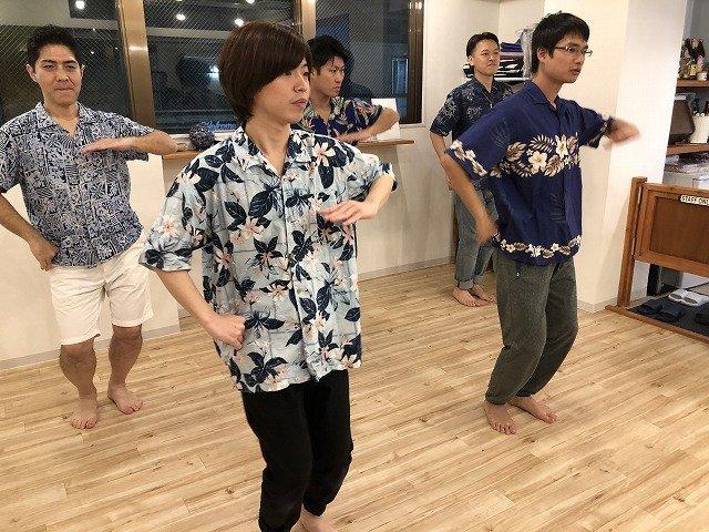 課題曲「ノホパイパイ」の音楽に合わせて踊る皆さん。一番手前は、「メンフラアイドル」としてデビュー予定の愛甲さん