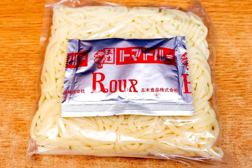 包装されたゆで麺とソース粉末の袋が入っている