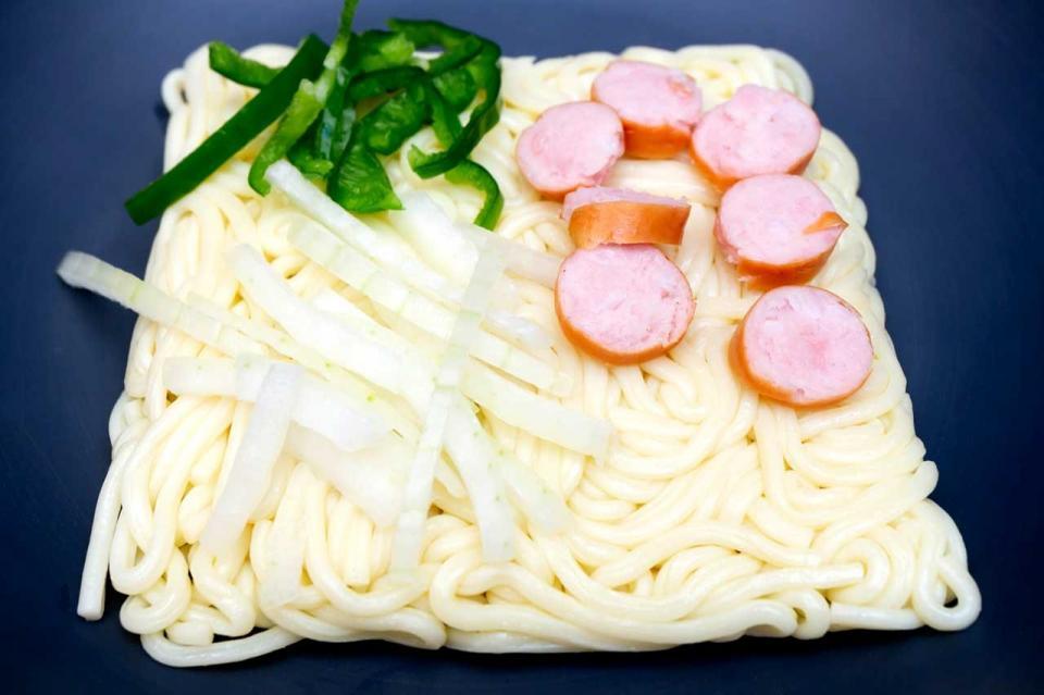 麺を袋から出して具と一緒に皿に開けた状態
