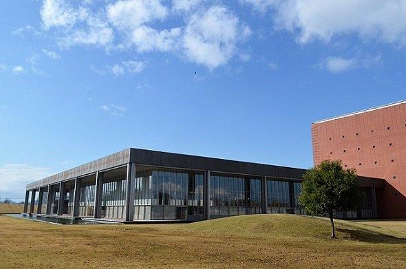 福井県立図書館(Asturio Cantabrioさん撮影、Wikimedia Commonsより)