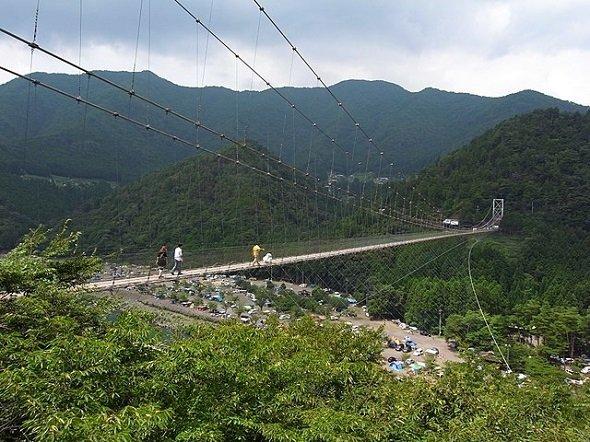 谷瀬の吊り橋(Kohei Fujiiさん撮影、Wikimedia Commonsより)