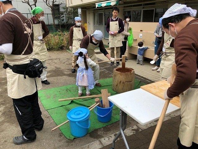 あい・ぽーとの中庭はお餅をつくお子さん、思い思いに遊ぶ親子さん、そして支えるボランティアさんたちでいっぱい