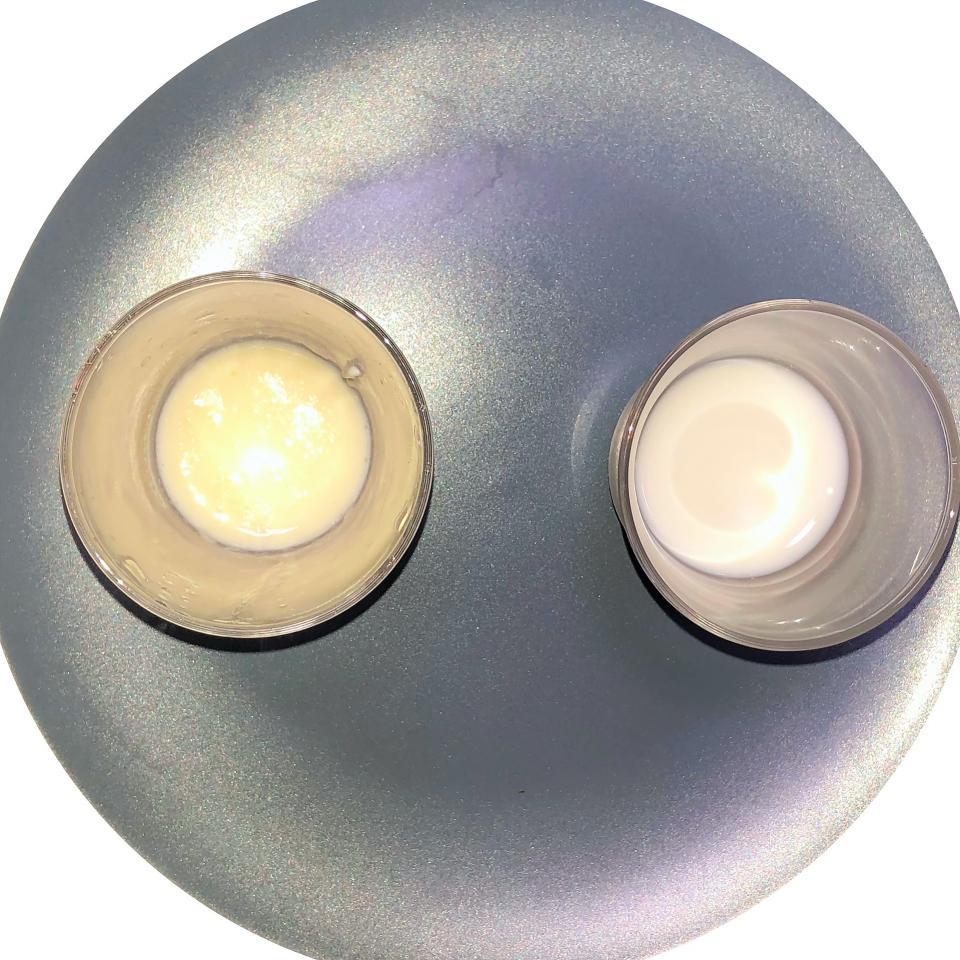 クリーム色に変化した牛乳(左)