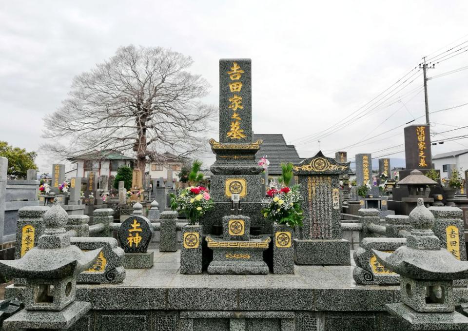 九州のお墓は名前が金色(画像は吉田武士さん提供)