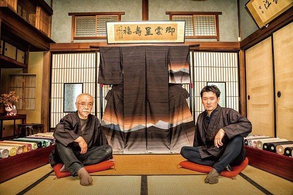 米沢織 新田(米沢市)の絹織物 (ヨシダナギ撮影、山形県ポータルサイト「いいもの山形」より)