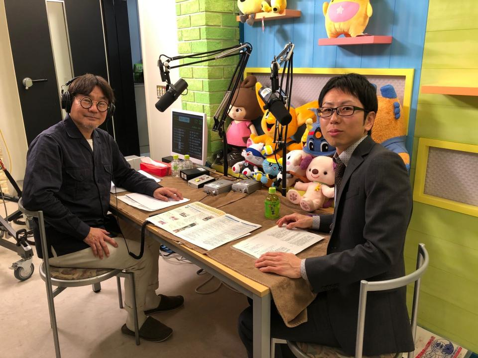 FMしながわのスタジオで、左が「ほっとラジオしながわ」パーソナリティの原つとむさん、右がゲストで品川区役所総務部の野口武之さん