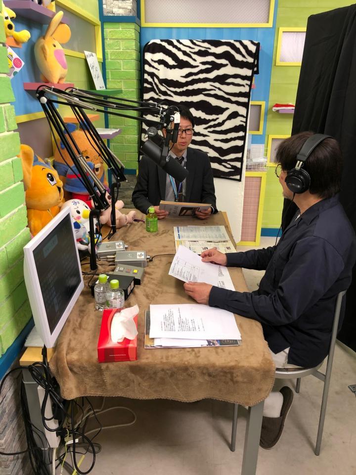 生放送前、スタジオでリハーサルする原さん(手前)と野口さん