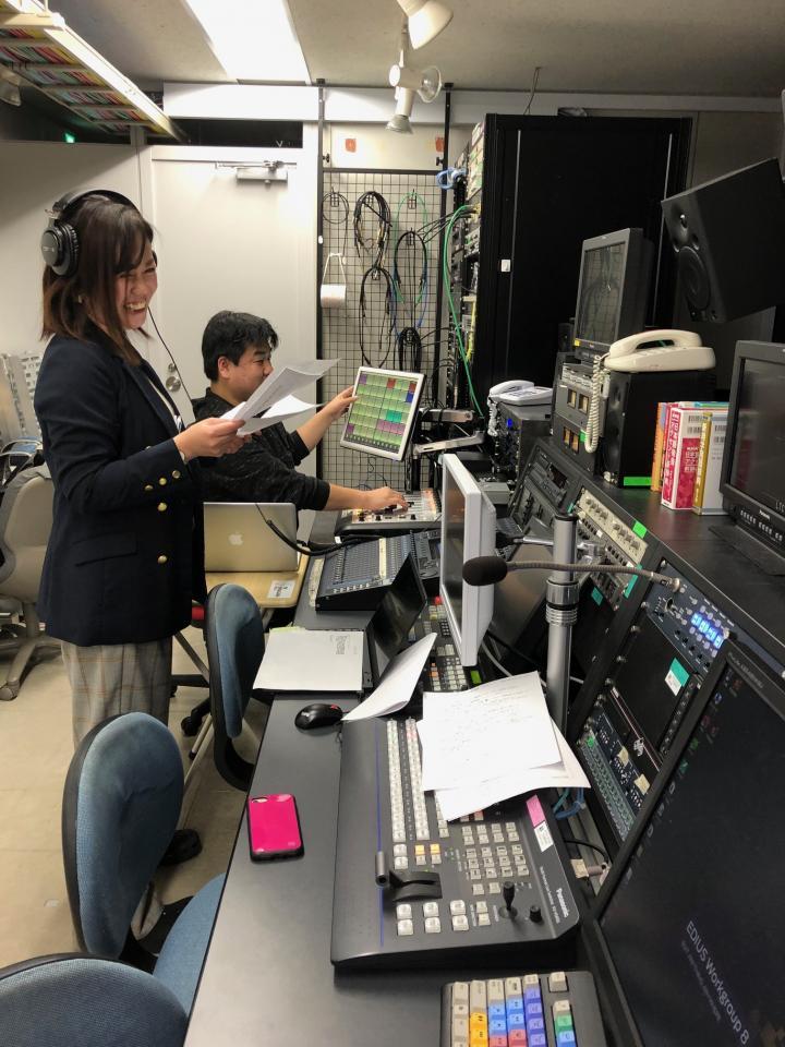 サブ調整室で。手前がディレクターの信田砂織さん、奥が音響の古谷慎治さん