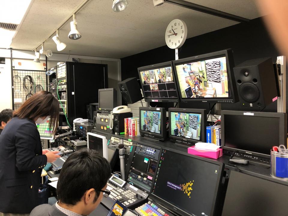 スタジオに隣接するサブ調整室でモニターを見ながらミキシングなどが行われる