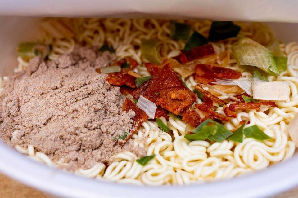 先入れの粉末スープとかやくを麺の上に開けた状態