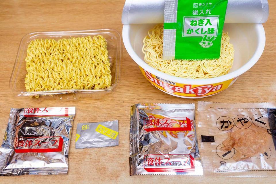 内容物 (左)袋麺(右)カップ麺