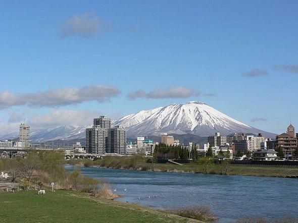盛岡市から見た岩手山(yisrisさん撮影、Wikimedia Commonsより)