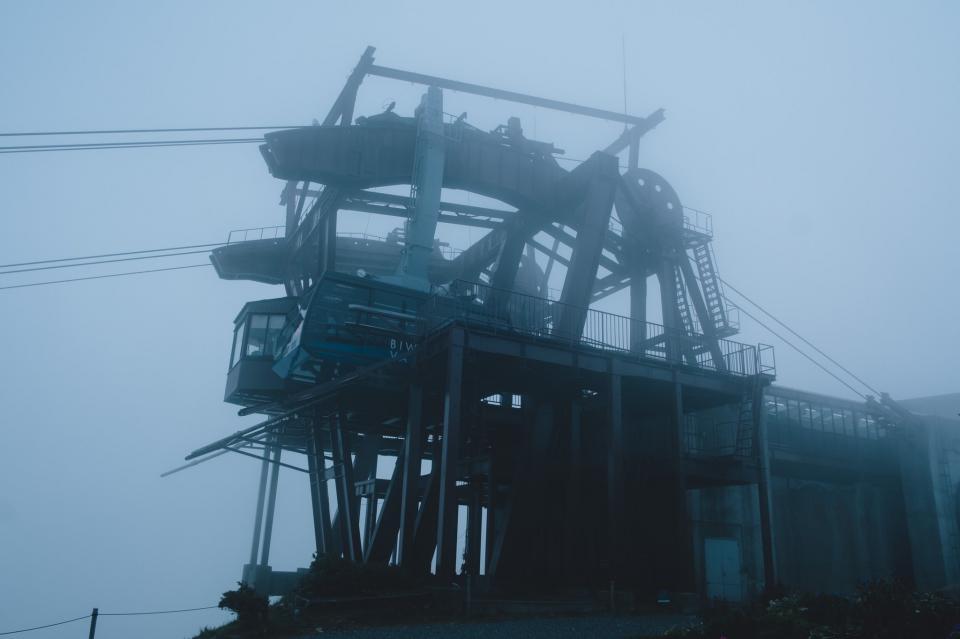 霧の中のロープウェイ(写真はRikiさんのツイートより)