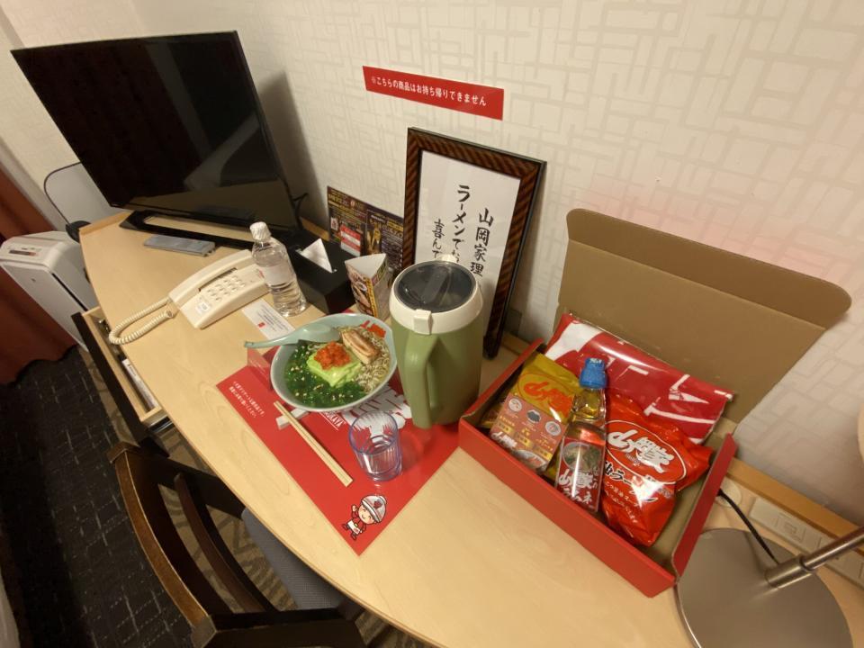コンセプトルームのテーブルには、ラーメンのサンプルや持ち帰り可能なノベルティが