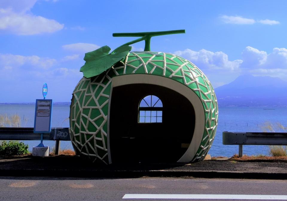 フルーツバス停・メロン(画像は諫早市商工観光課提供)