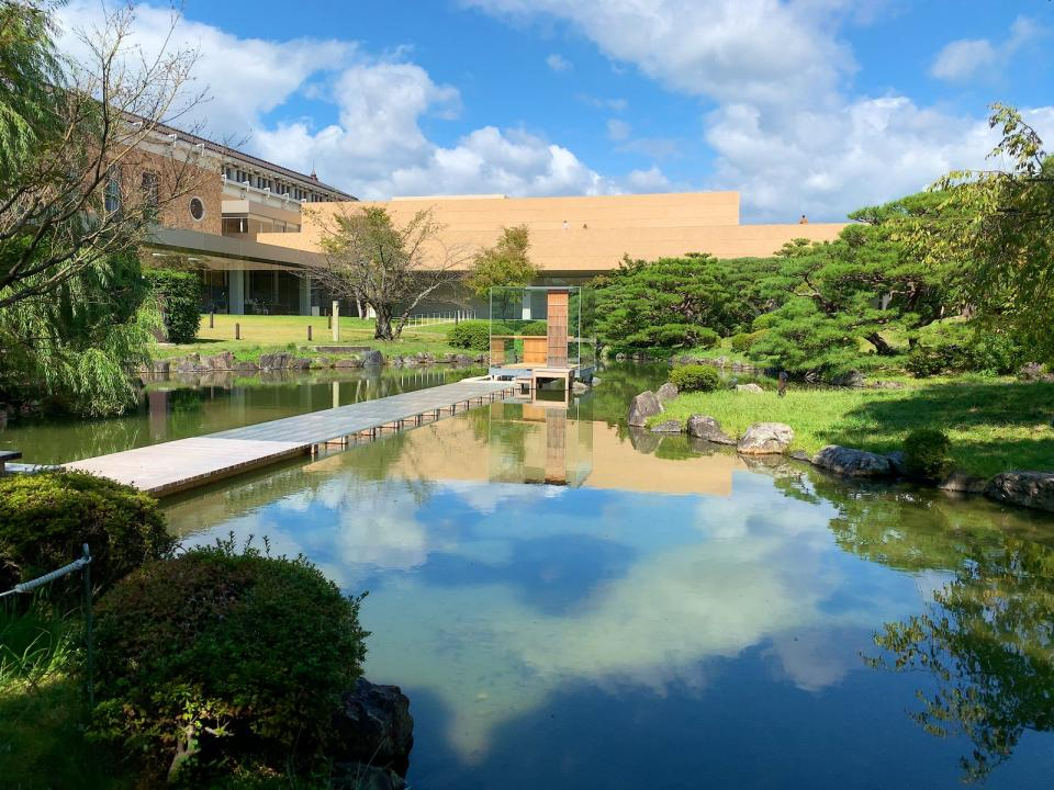 敷地内にはガラスの茶室も(杉本博司『硝子の茶室 聞鳥庵』2014年(C)Hiroshi Sugimoto + N.M.R.L.、画像はinaba@178akさん提供)