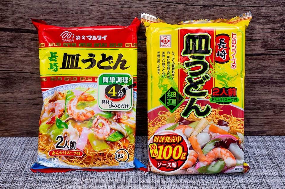 「長崎皿うどん」を再現したマルタイ(左)とヒガシマル(右)の商品