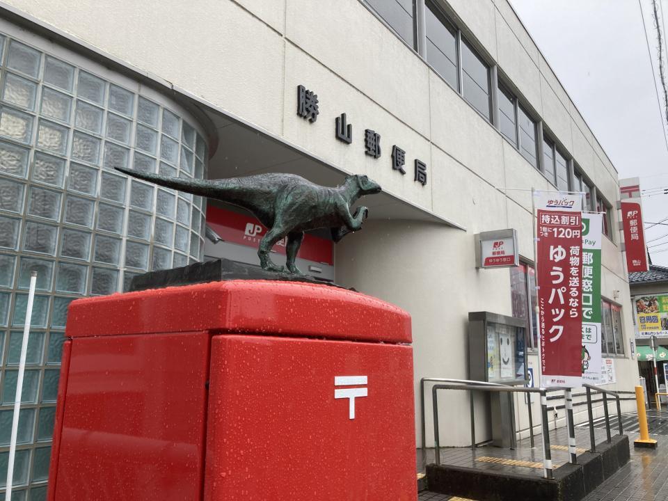 勝山郵便局のポストにも恐竜