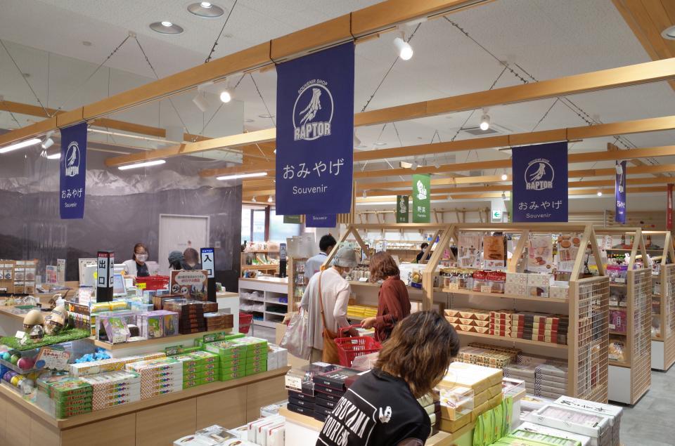 店内では、おみやげや地酒、野菜などが販売されている