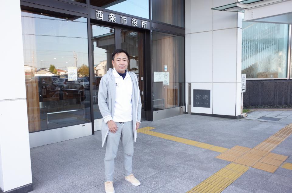 西条市役所の前に立つ、移住推進課・課長の柏木潤弥さん