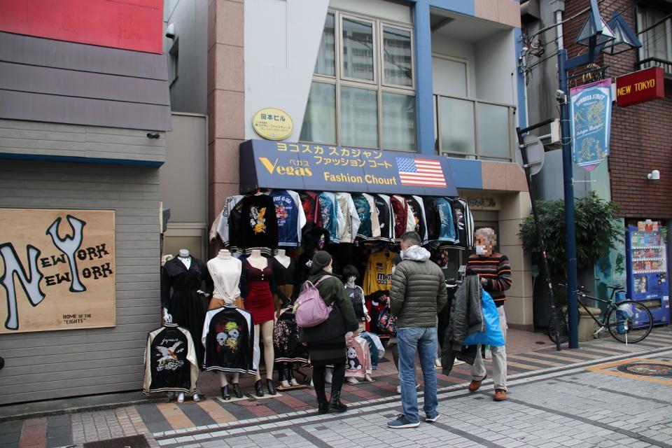 店までの道中で見かけたスカジャンショップ。近隣には他にもいくつか似たような店があった(記事中の画像は全て2020年12月9日編集部撮影)