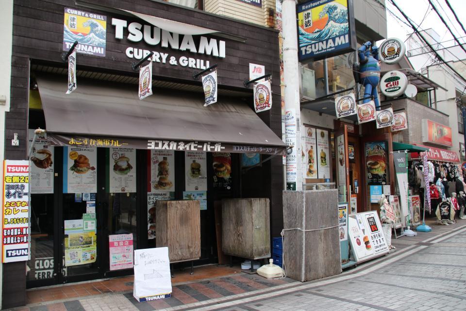 手前にあるのが「TSUNAMI CURRY&GRILL」。奥にあるのが本店の「TSUNAMI」だ