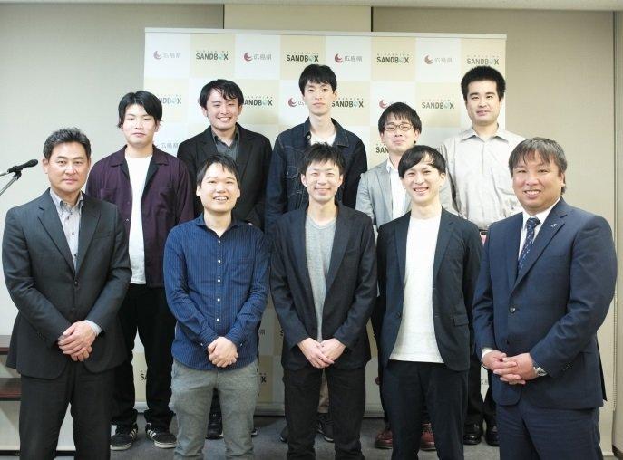 表彰式には、前田智徳さん(前列左端)、里崎智也さん(同右端)も出席した