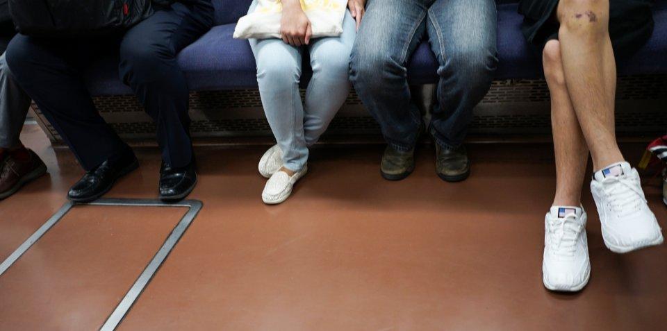 「正面の席に座っていた老人のせいで、新品のズボンがシミだらけに。文句を言おうとしたら別の老人が...」(千葉県・30代女性)