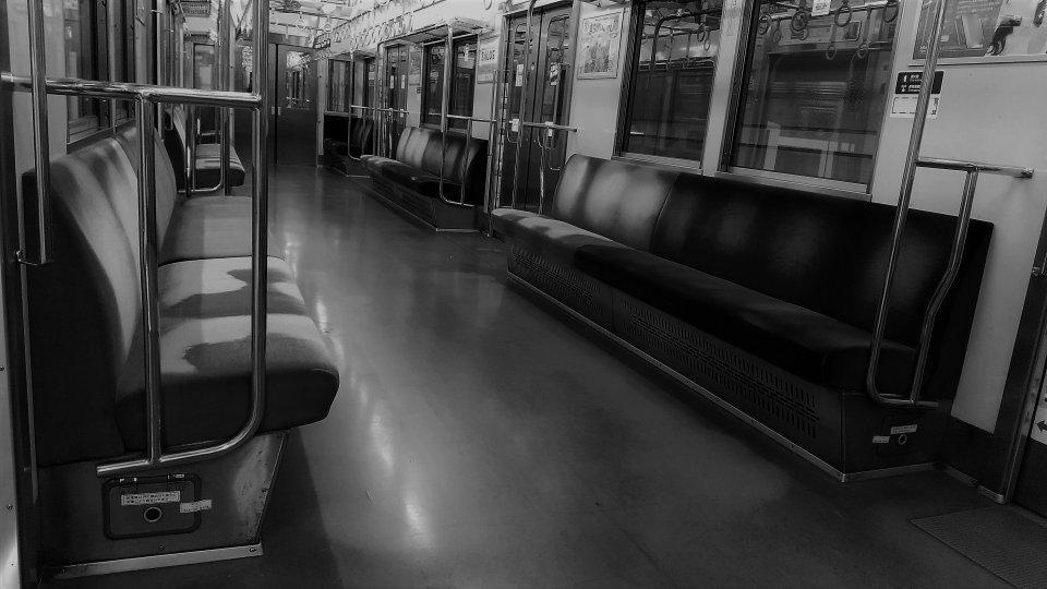 「混みあった地下鉄で、学生たちが揚げ物を取り出した。しかも立ったまま、ソースまでかけ始め...」(東京都・40代女性)