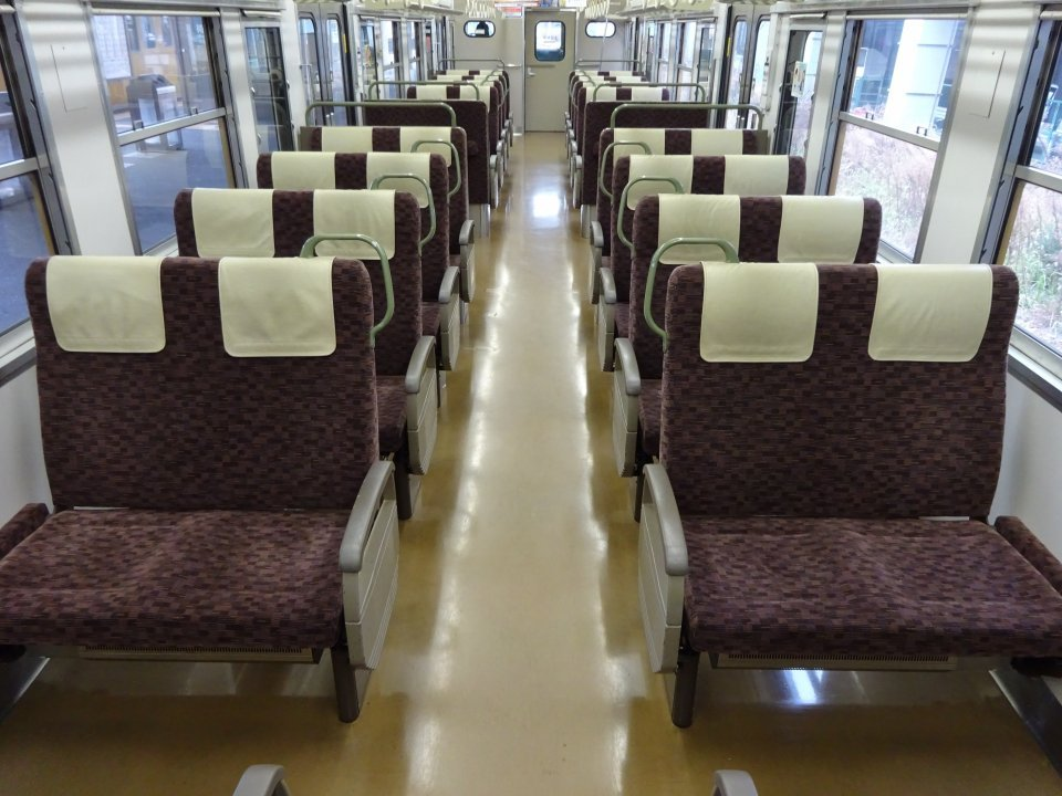 「電車で座ろうとすると、おばさんが私の腰を押さえて妨害。隣の席も空いてるのに『私が取ったの!』」(東京都・20代女性)