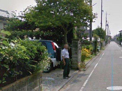 妻を待つお父さん(画像は投稿者がGoogleEarthのストリートビュー機能を撮影したもの、編集部で一部トリミング)