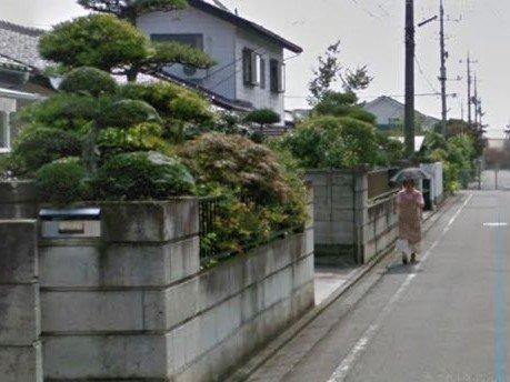 道の先にはお母さんがいる(画像は投稿者がGoogleEarthのストリートビュー機能を撮影したもの、編集部で一部トリミング)