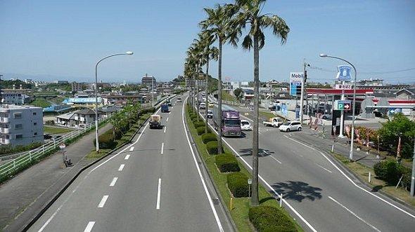 宮崎市内、国道220号宮崎南バイパス(Sanjoさん撮影、Wikimedia Commonsより)