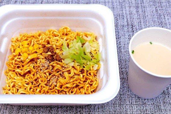 「札幌みそラーメン風」は新登場の「白湯スープ」付き!