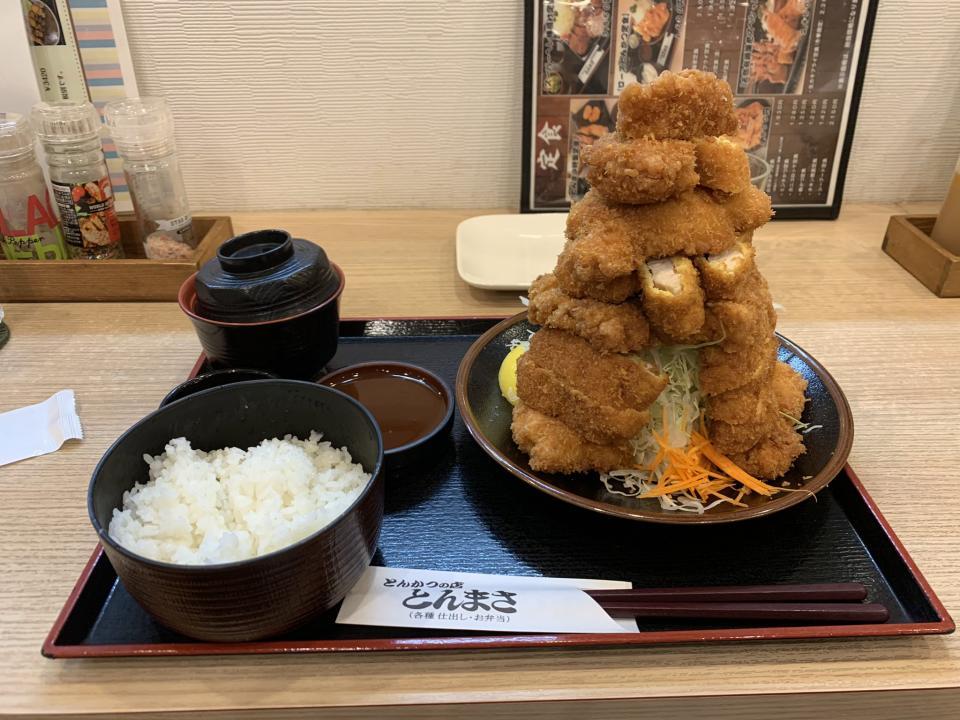 若鶏かつ定食(大)(写真はねやたつさんのツイートより)